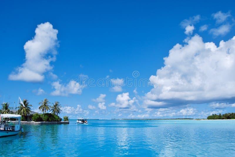 Белые облака и голубое небо стоковое изображение rf