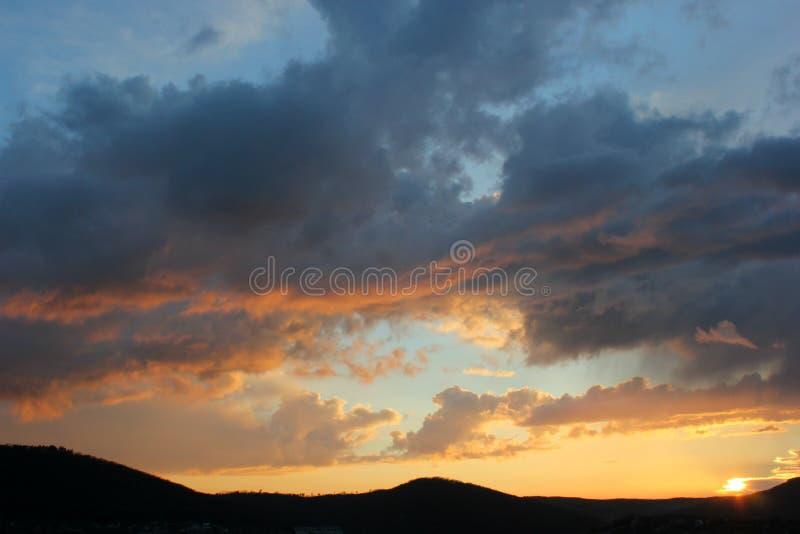 Белые облака кумулюса интересной формы и горы стоковые фотографии rf