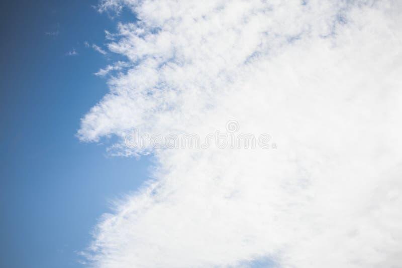 Белые облака против голубого неба стоковое изображение