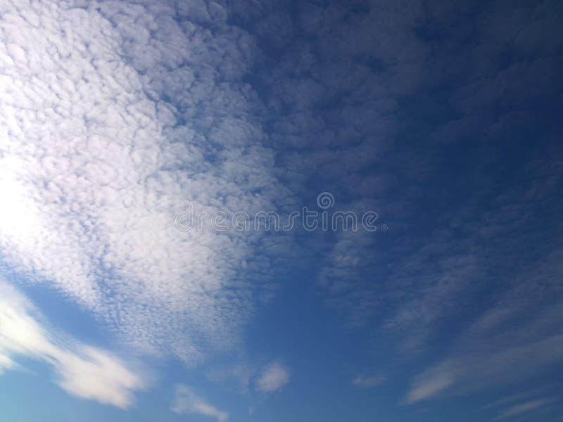 Белые облака против голубого неба стоковое изображение rf