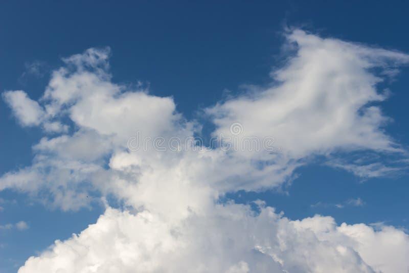 Белые облака цирруса против голубого неба стоковые фотографии rf