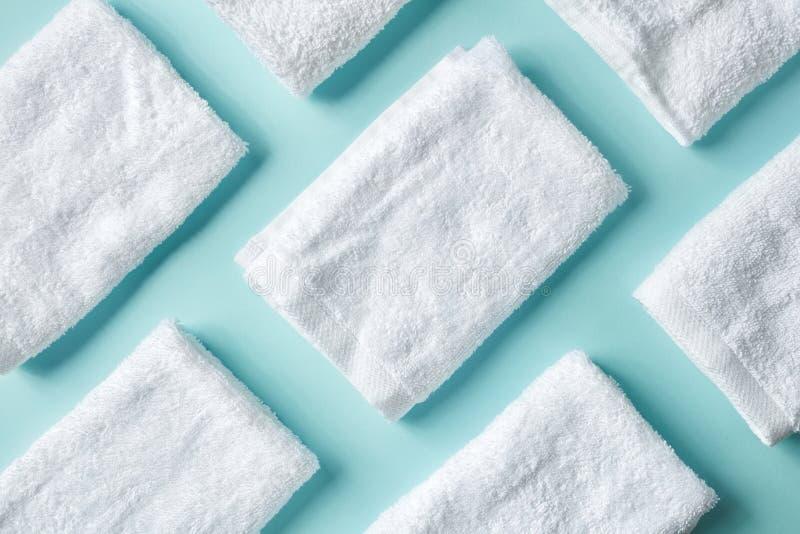 Белые полотенца курорта на сини, сверху стоковые изображения