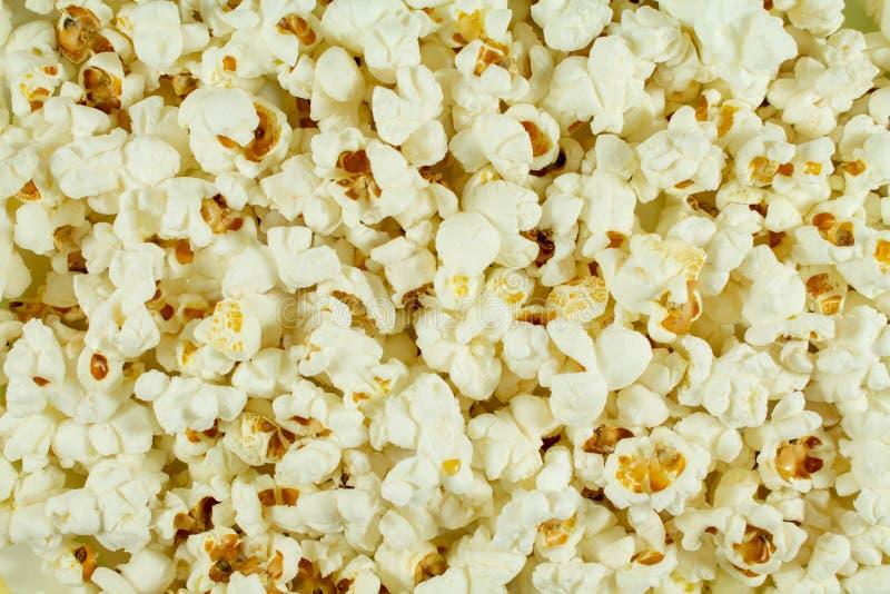 Белые посоленные попкорном подготавливают На всех фото обои стоковые изображения