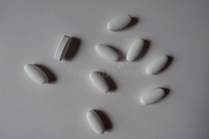 Белые продолговатые caplets лимонной извести стоковые фото