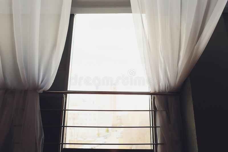 Белые просвечивающие занавесы на большом окне стоковые фотографии rf