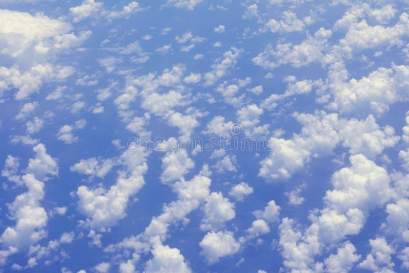 Белые пушистые облака в голубом небе Фото облаков от иллюминатора вкладыша пассажира Предпосылка фото стоковые изображения