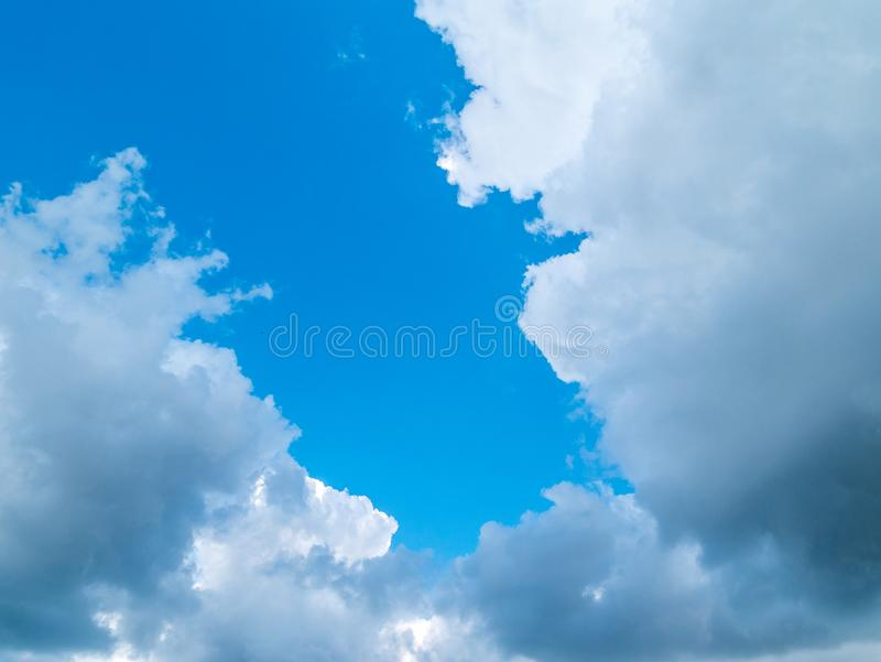 Белые пушистые облака в дневном свете голубого неба Естественные компенсации неба стоковые изображения rf