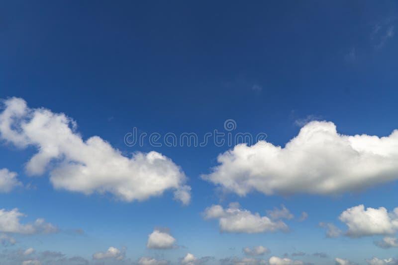 Белые пушистые облака над предпосылкой воздуха лета темносинего неба красивой стоковые фото