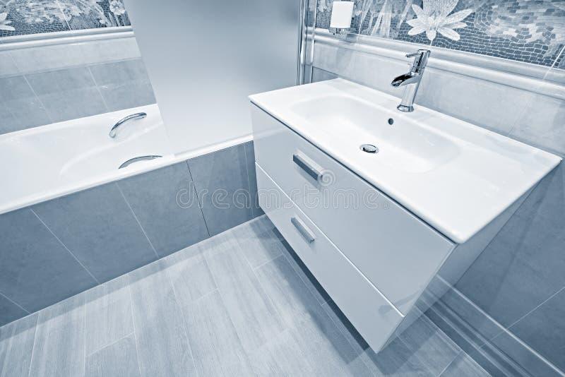 Белые раковина и ванна стоковая фотография rf