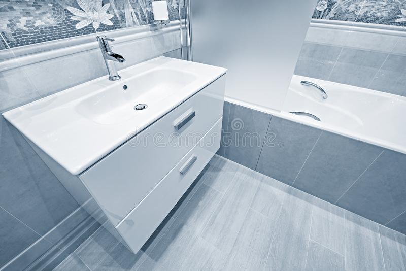 Белые раковина и ванна стоковые фотографии rf