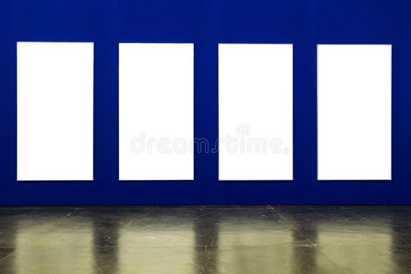 Белые рамки на голубой предпосылке стоковые фото