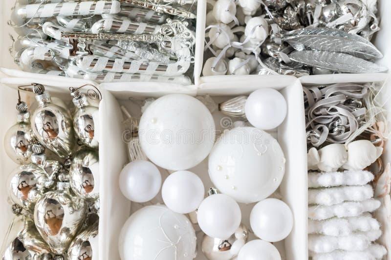 Белые рождественские игрушки, яйца для елки стоковое изображение