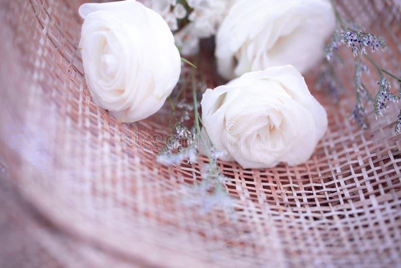 Белые розы для любов на день Валентайн стоковое изображение