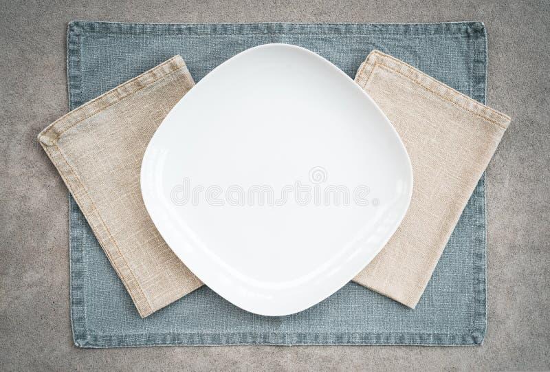 Белые салфетки плиты и белья в пастельных цветах стоковое изображение