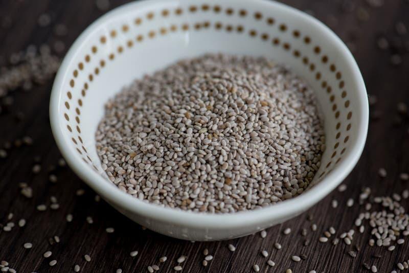 Белые семена chia в небольшом белом шаре стоковое изображение rf