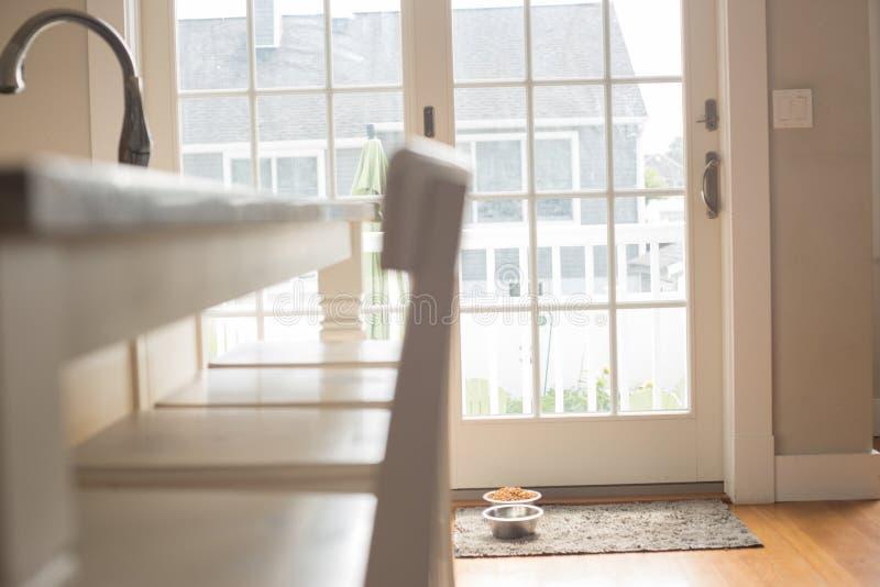 Белые стулья счетчика кухни стоковые фото