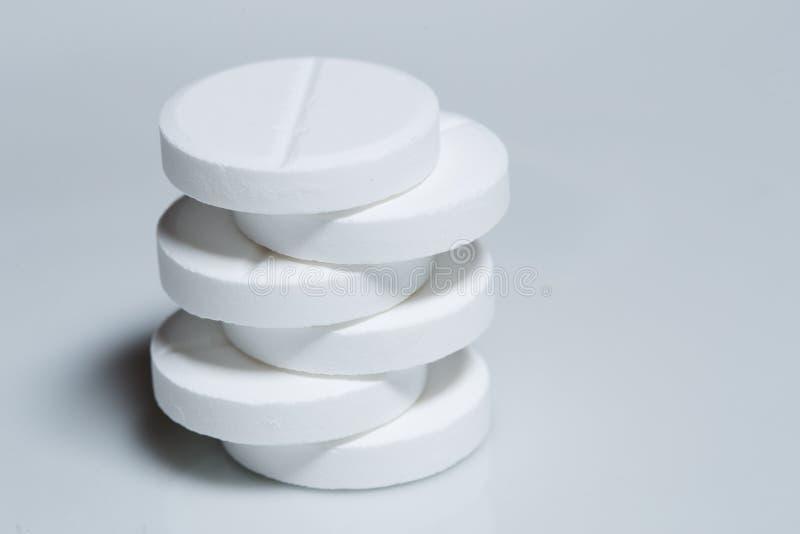 Белые таблетки стоковая фотография