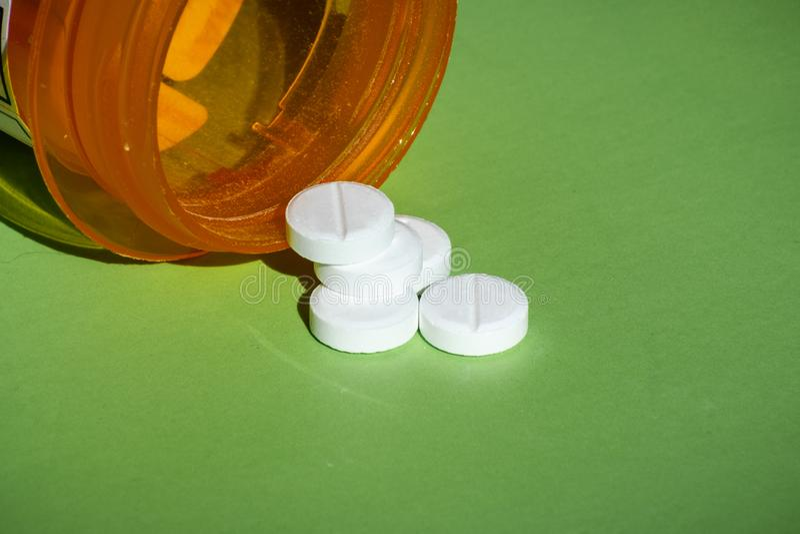 Белые таблетки рецепта разлили на таблицу Концепция наркомании opioid стоковые фотографии rf