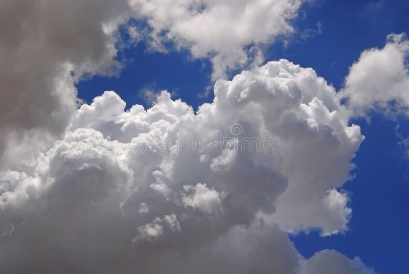 Белые тучные облака в голубом небе стоковые изображения rf