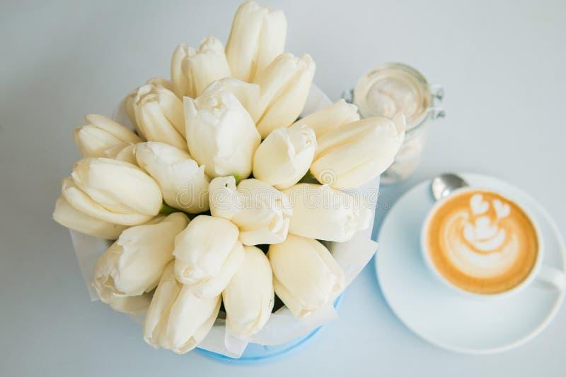 Белые тюльпаны и кофе стоковая фотография