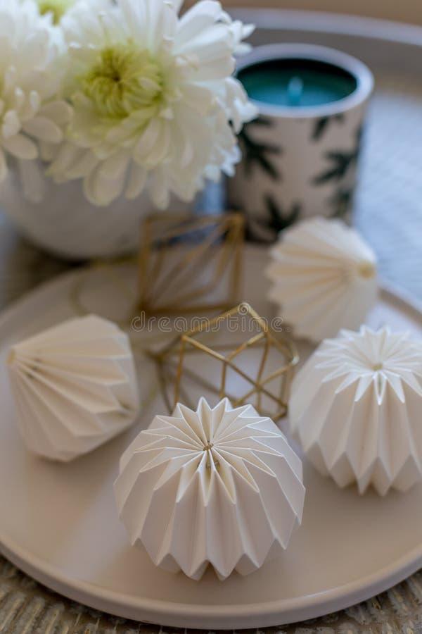 Белые украшения origami в белой плите стоковое фото rf