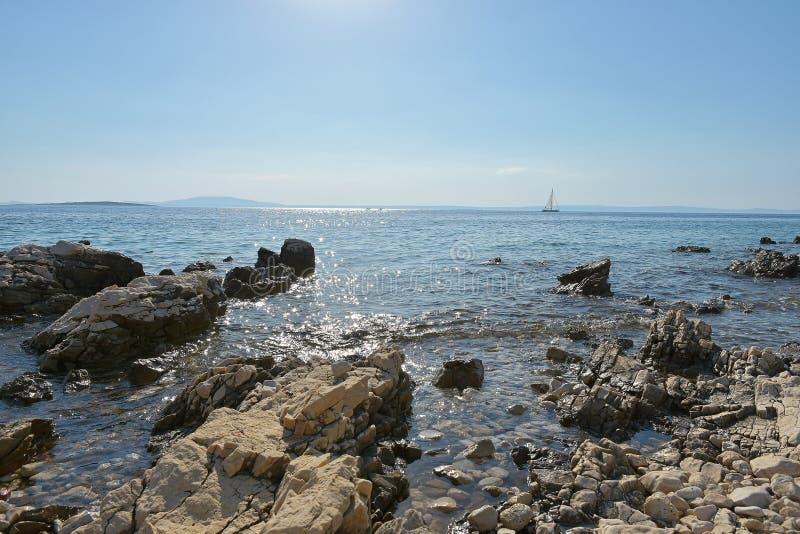 Белые утесы на береге моря и паруснике стоковая фотография rf
