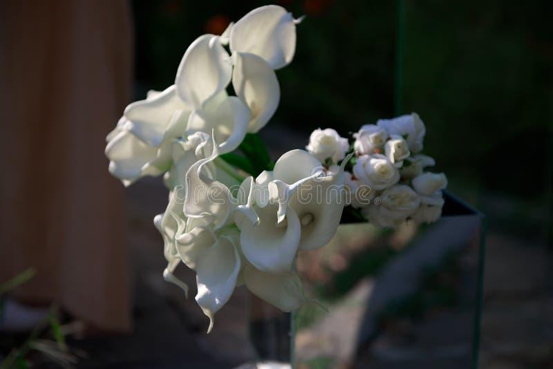 Белые цветки и розы Calla в вазе на свадьбе стоковые фото