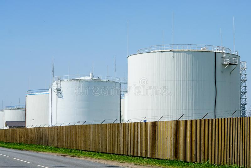 Белые цилиндрические баки для хранения для нефтепродуктов стоковое фото rf
