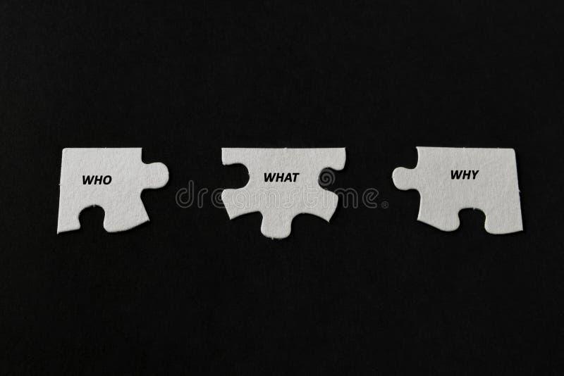 Белые части головоломки отделенные на черной предпосылке стоковые изображения rf