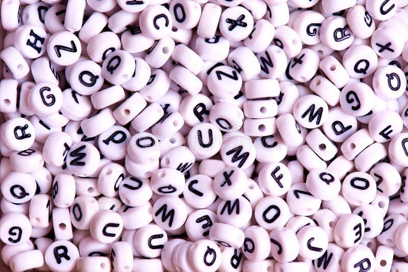 Белые шарики с черным английским концом-вверх писем стоковые фото