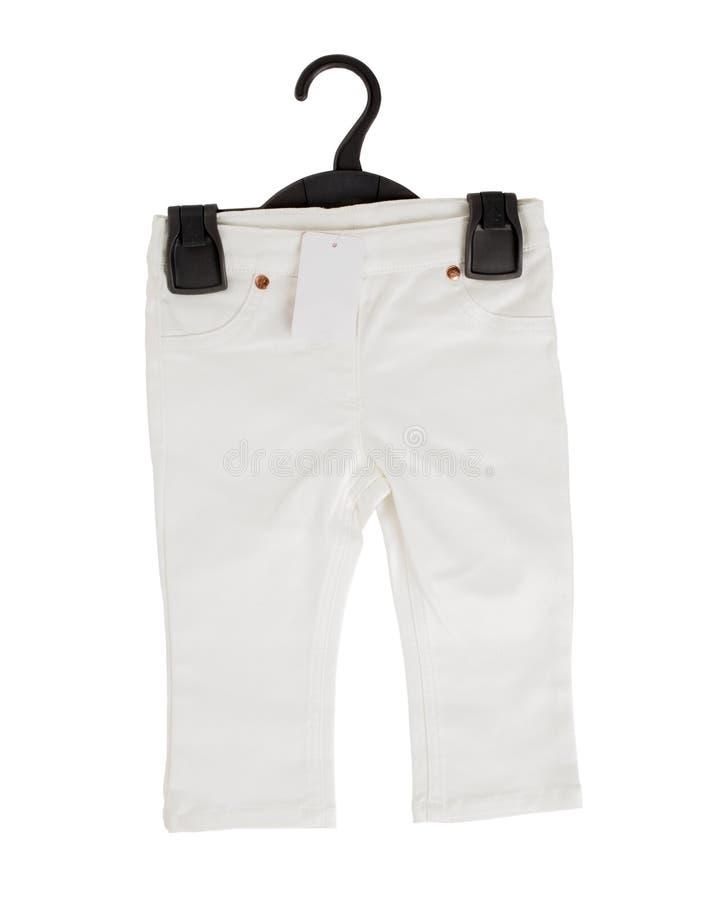 Белые шорты джинсовой ткани на черной пластичной вешалке стоковые изображения rf