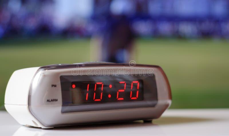 Белые электронные часы с красной шкалой Белые часы с будильником стоковые фотографии rf