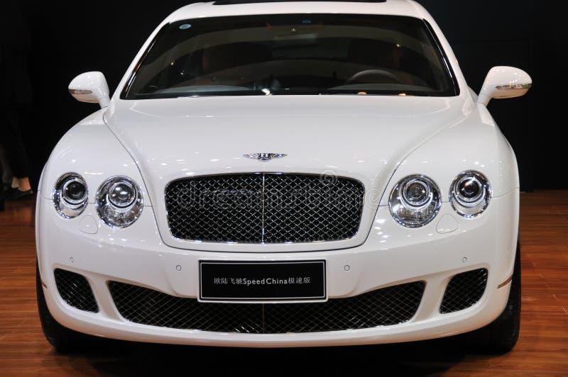 Белые supersports Bentley континентальные быстро проходят фарфор стоковое фото