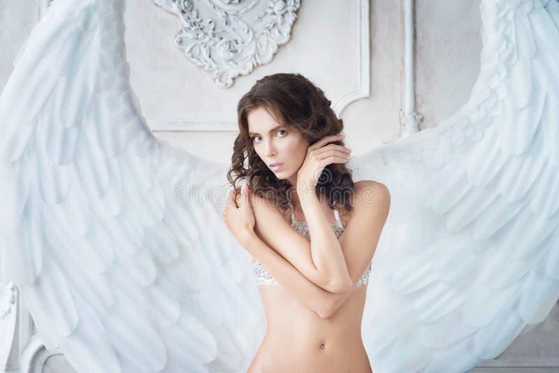 Белый ангел с крылами Символ очищенности, концепции визирование стоковая фотография rf