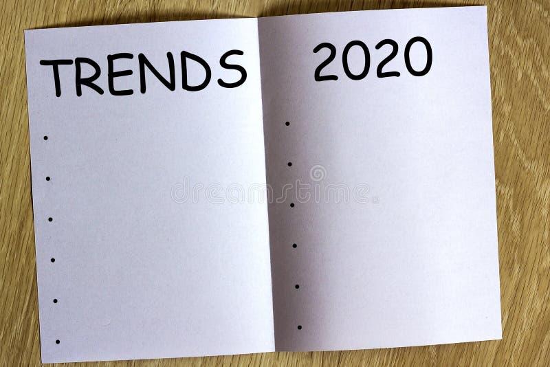 Белый блеск бумаги на деревянной предпосылке с текстом стоковое фото rf