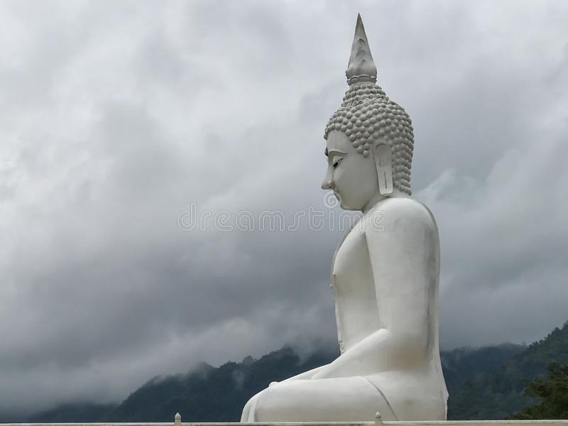 Белый Будда в Таиланде стоковые изображения