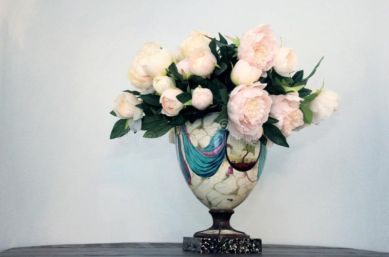 Белый букет цветка пиона в вазе цвета на белой предпосылке стоковая фотография