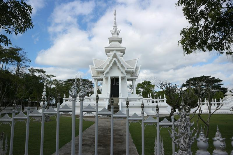 Белый висок как рай в вере в буддизме стоковые фотографии rf