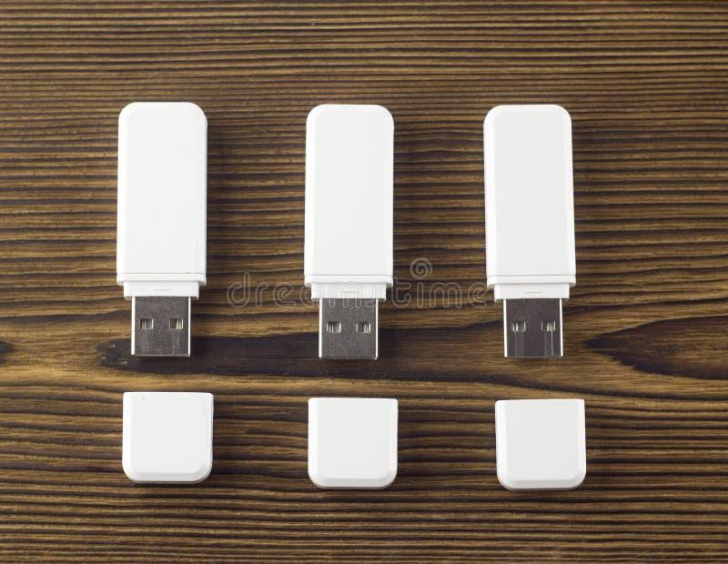 Белый внезапный привод на деревянном usb предпосылки стоковое изображение