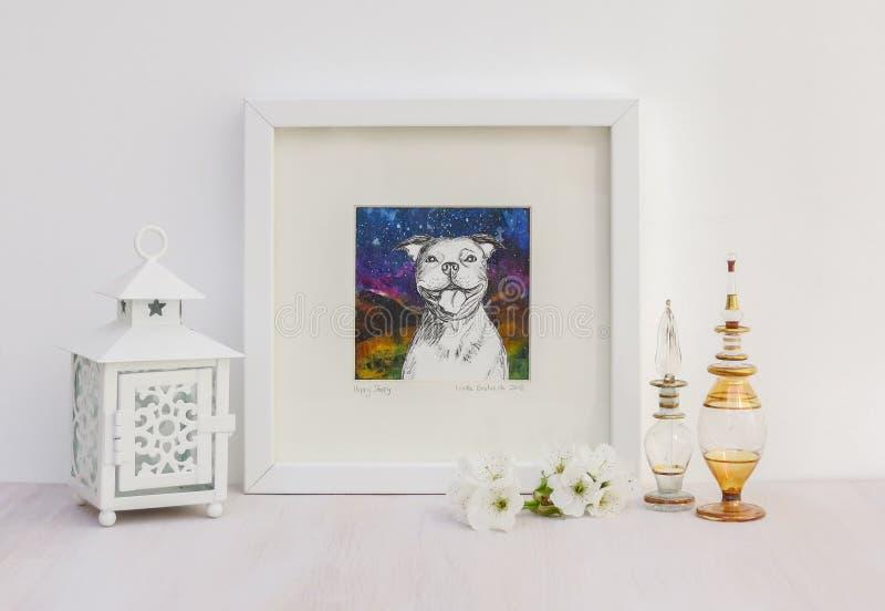 Белый внутренний дисплей Обрамленный усмехаясь чертеж Staffy collaged собакой стоковая фотография