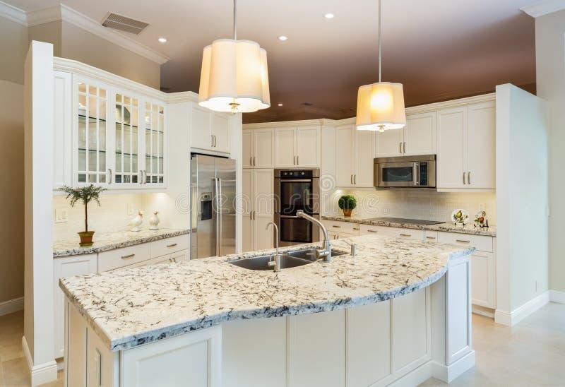 Белый дизайн кухни стоковые изображения