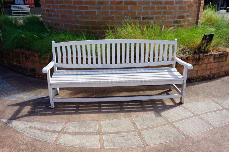 Белый длинный деревянный стул на a красиво стоковые изображения rf