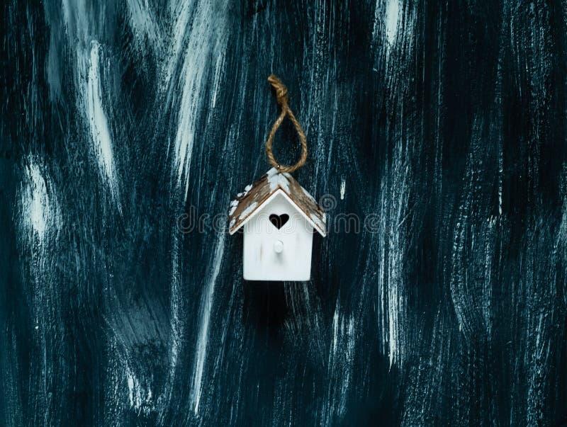 Белый Дом с сердцем на голубой деревянной предпосылке, открытый космос декоративного элемента малый для текста стоковое изображение rf