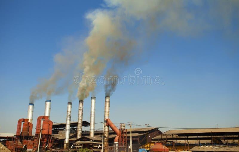 Белый дым из промышленной дымовой трубы стоковые фотографии rf