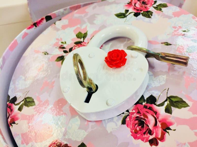 Белый замок с ключами на коробке цветка стоковые фотографии rf