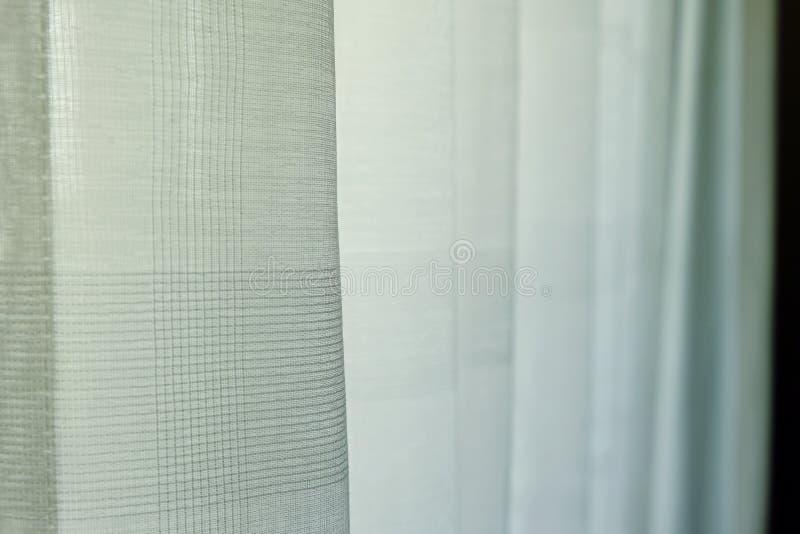 Белый занавес в доме для предохранения от солнечного света, селективного фокуса стоковые фото