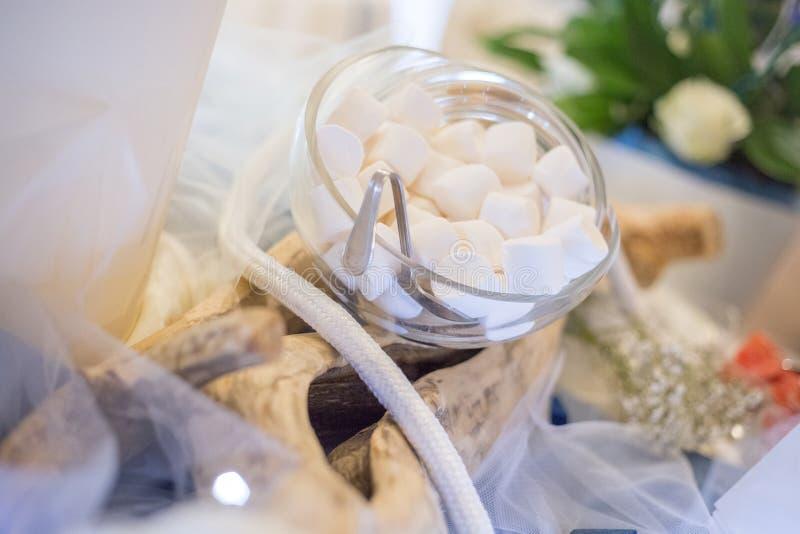 Белый зефир на стеклянном опарнике с формой раковины стоковое изображение
