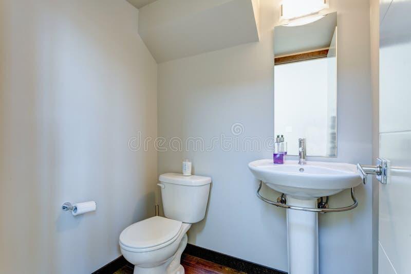 Белый интерьер комнаты порошка в квартире стоковые фото