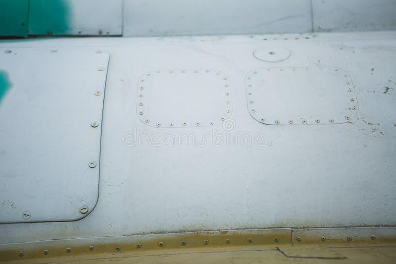 Белый и зеленый фюзеляж самолета с предпосылкой заклепок стоковые фотографии rf
