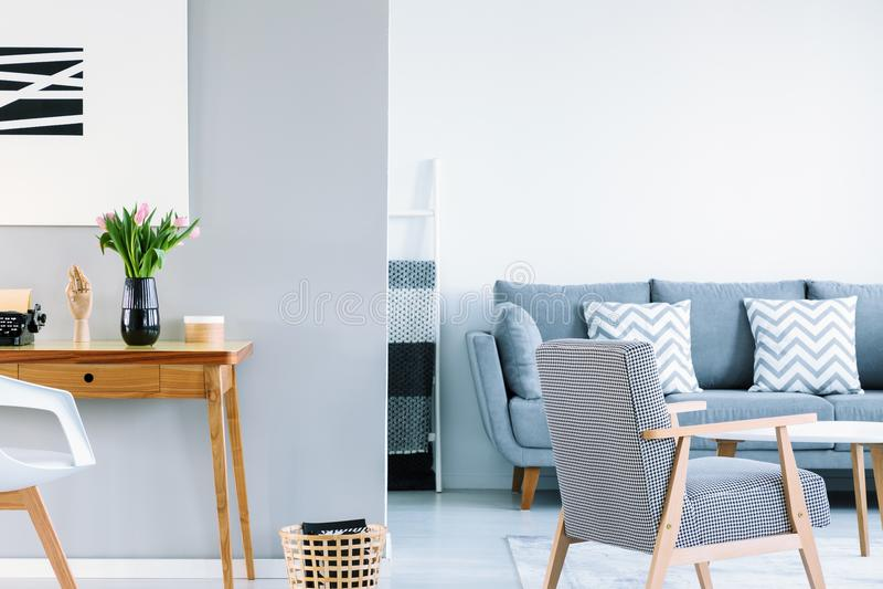 Белый и серый интерьер живущей комнаты открытого пространства с сделанным по образцу ar стоковые фото